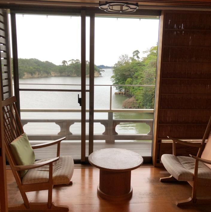 【松島佐勘 松庵】テラスと椅子と海