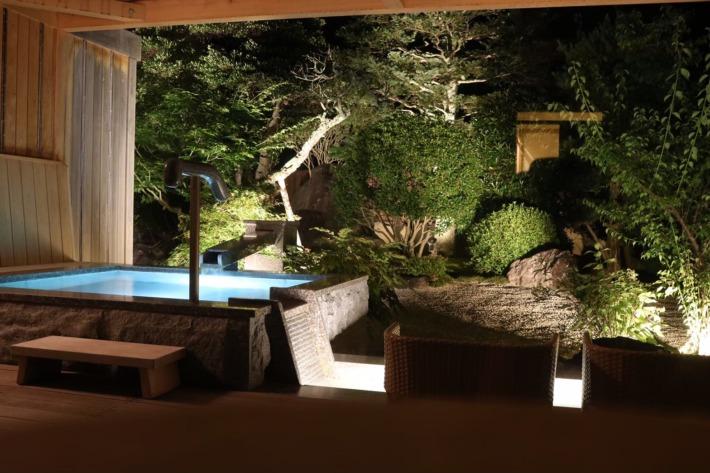さぎの湯荘 足湯付き客室露天風呂と庭園 夜