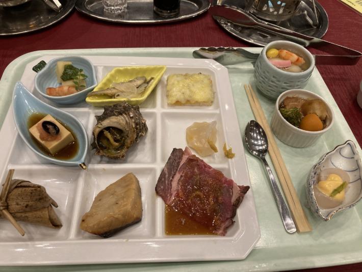 ホテルサンハトヤ 小分けのトレイで食べる豊富な種類の夕食