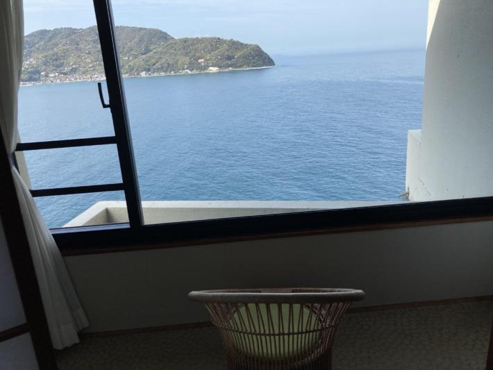 ホテルサンハトヤ 藤の椅子と客室からの眺め