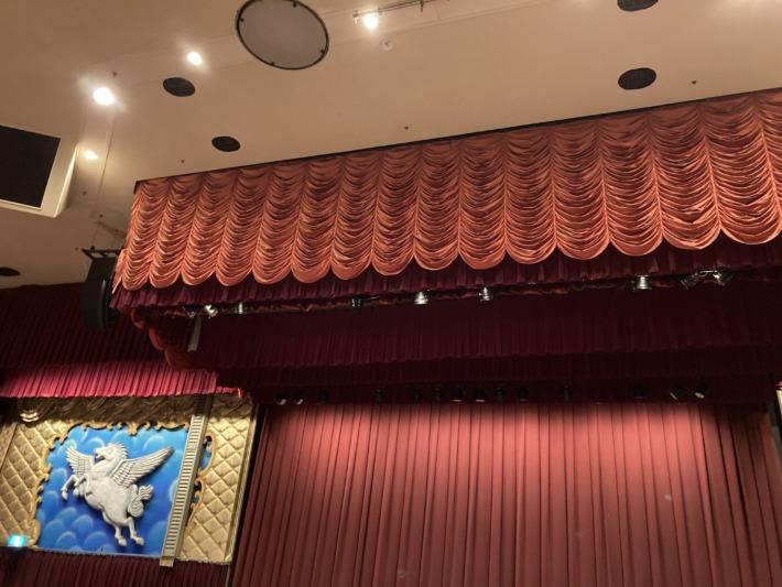 ホテルサンハトヤ ディナーショーで使われる立派な舞台と装飾